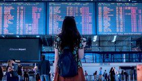 Chica esperando su vuelo
