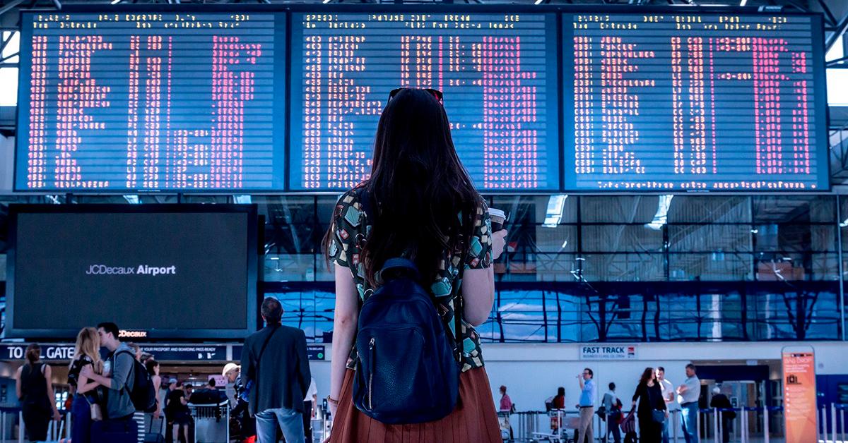 Chica esperando aerolínea para viajar con cobayas